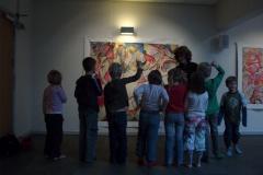"""Guy Lessins maleri beundres af elever fra Borup Skole på udstillingen """"Globale indtryk"""", marts 2009Kunstforening, marts 2009"""